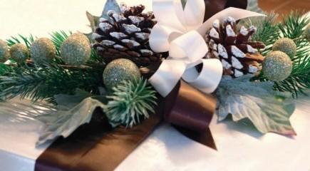 Nastri, applicazioni, fiori, rami, tralci e biglietti natalizi